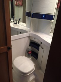 Toiletruimte met spiegels, toilet en bergruimte