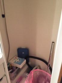 Toiletruimte met spiegels, verbanddoos, wasmand, stofzuigertje