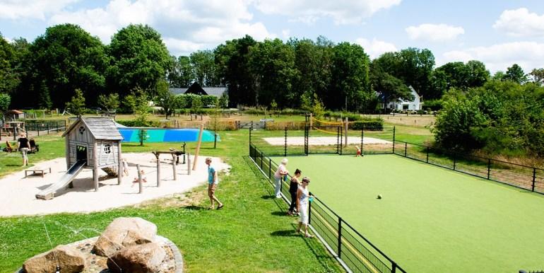 Kleilutte Enter 10-persoons vakantiehuis in Twente buiten spelen.