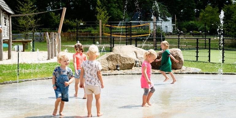 Kleilutte Enter 10-persoons vakantiehuis in Twente buiten spelen