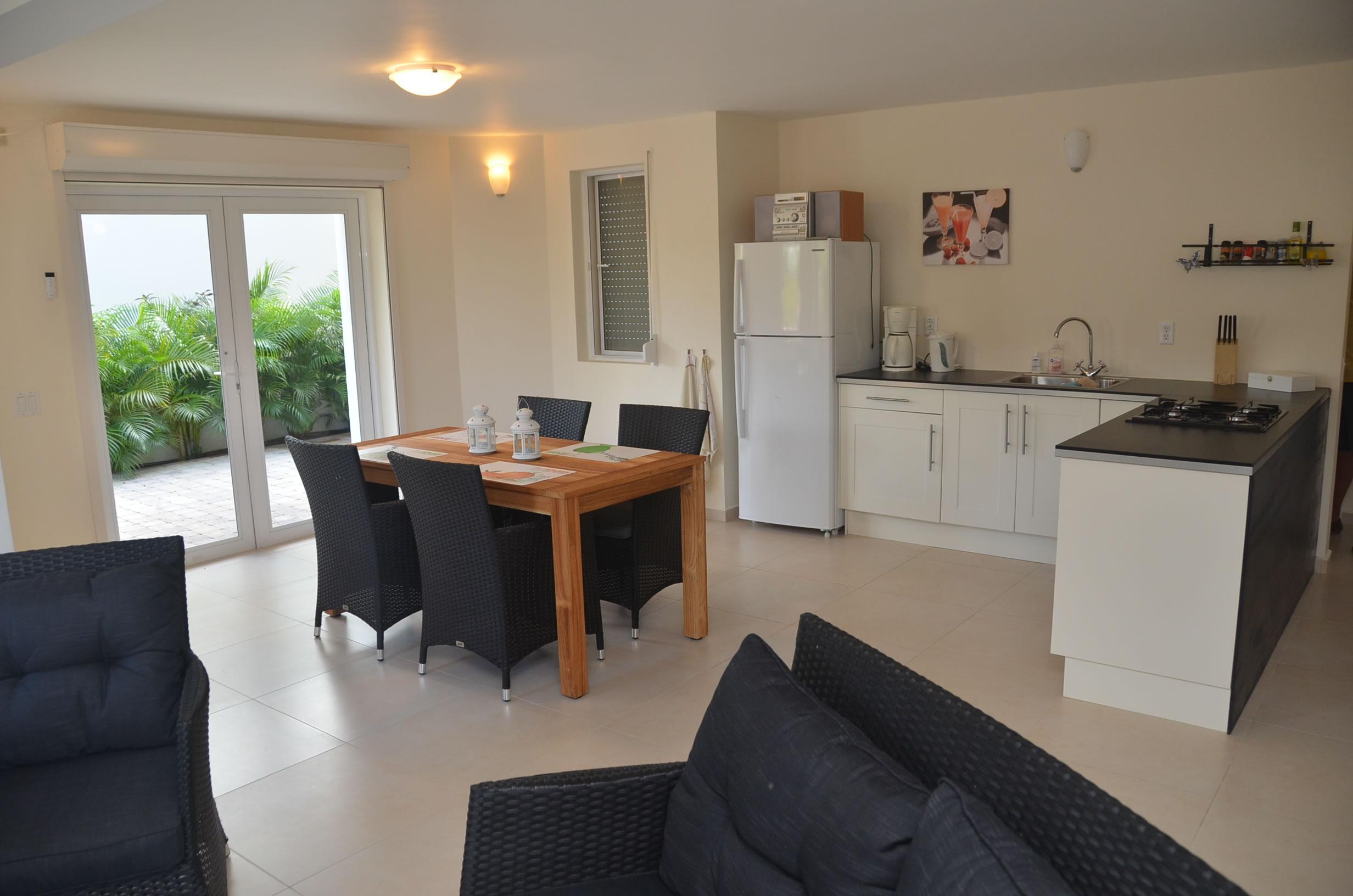 lichte eethoek in het vakantieappartement Kas Bon Bida op Curaçao Jan Thiel