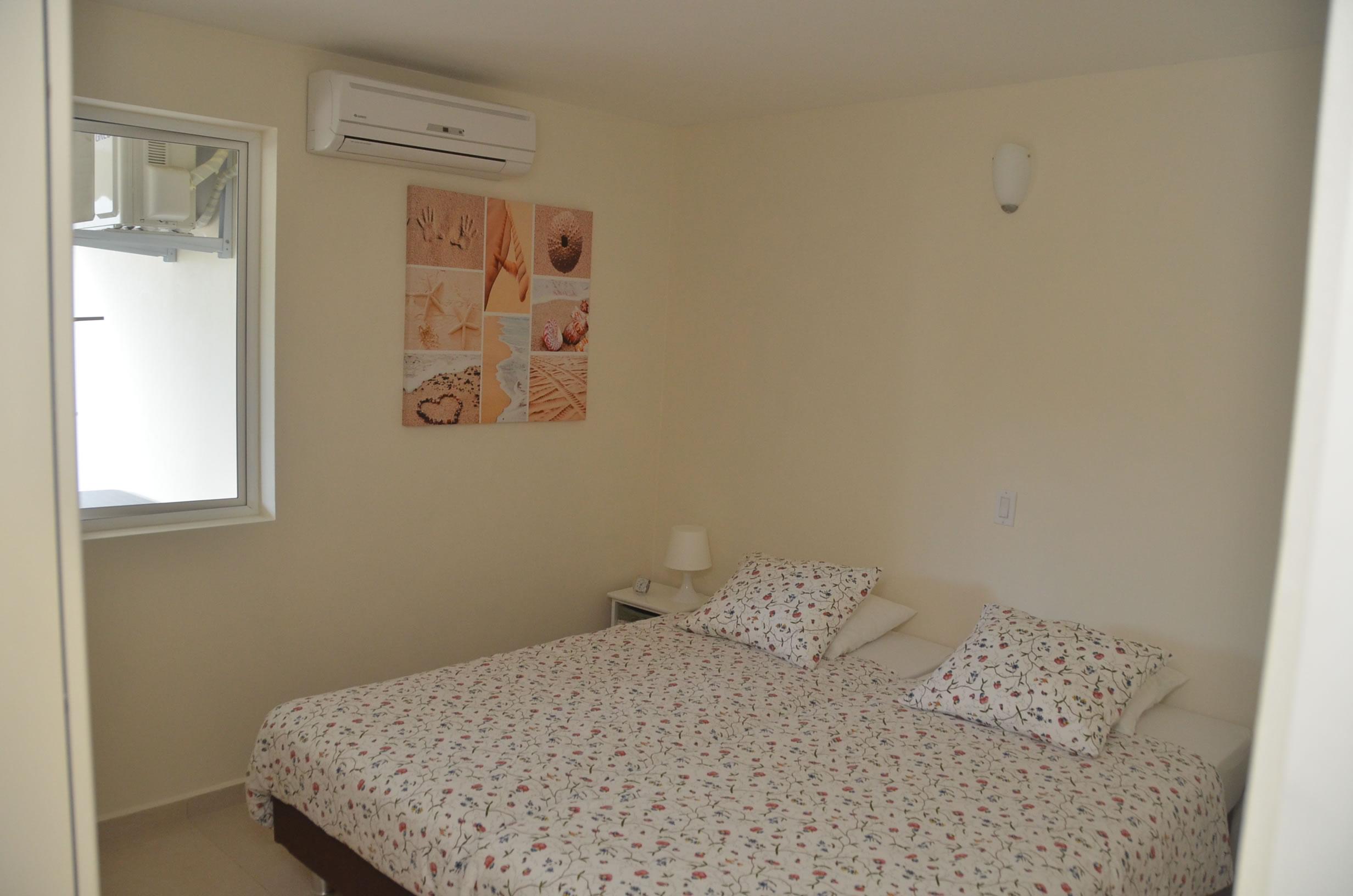 twee persoons slaapkamer met airco in het vakantie appartement Kas Bon Bida van hurencuracao