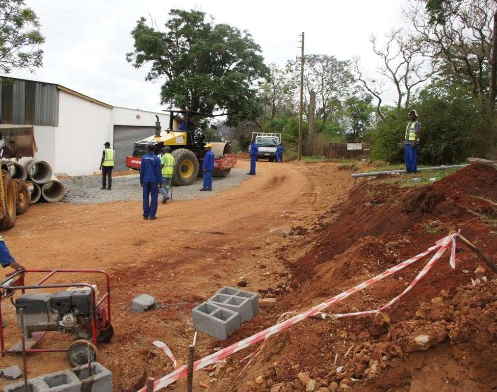 Další nová cesta - stavební stroje a materiál jsou ve Svazijsku poměrně drahé ve srovnání například s Jižní Afrikou