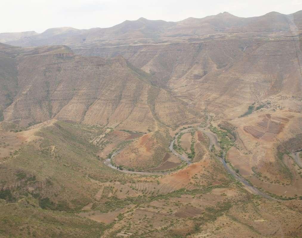 Výhodou letu jsou nádherné výhledy a člověk určitě ocení vzdálenosti a odlehlost vesnic v těchto horách.