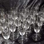 série de flûtes gravées pour un anniversaire avec un laurier 50ans et le prénom de chaque invité