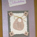 carte de félicitations naissance bébé bavoir