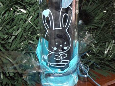 lapin-biberon-en-verre-bleu-gravure-naissance-bapteme decoration rafia