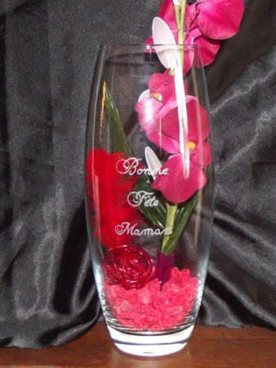 vase-en verre-gravure-bonne-fete-maman-décoration-orchidée-cailloux-rose-plume-rouge