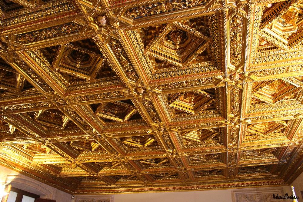El precioso artesonado del Salón Dorado del Palau de la Generalitat