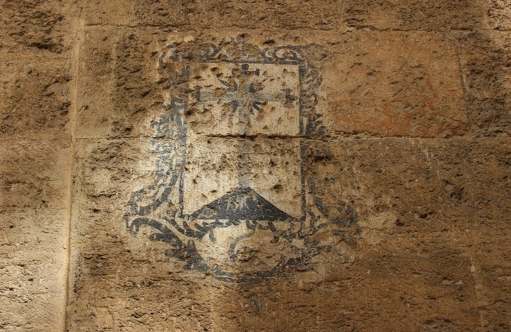 Un grafiti con siglos de historia en la fachada del palau de l'Almirall de Valencia