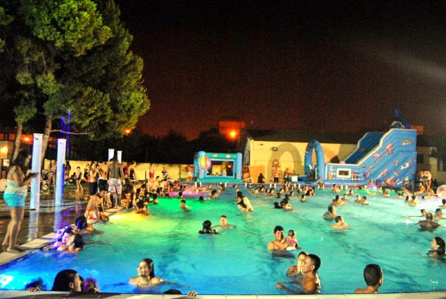Aperturas nocturnas con fiestas temáticas en la piscina del Parque del Oeste