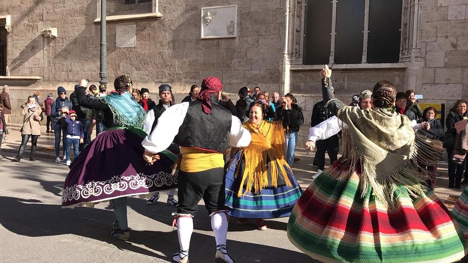 Exhibiciones de bailes regionales junto a la Lonja de Valencia