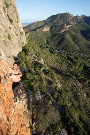 Nacho escalando la vía Llunàtica (7b+) en el Tallat Roig (Alzira).