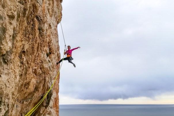 Amanda escalando con nosotros la vía Diedro UBSA (V+, 250m) en el Peñon d'Ifach (Calpe, 2018).