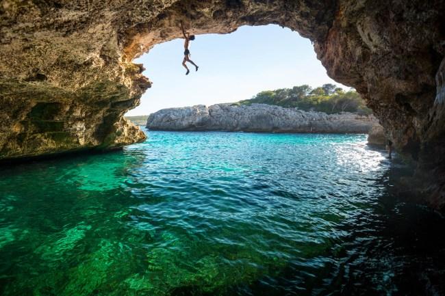 Nacho escalando en psicobloque en un acantilado en Cala Varques, Mallorca.