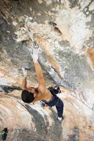 Nacho escalando Pocos mocos (7b) en Altet (Bellus).