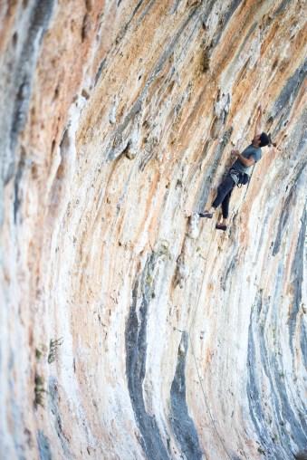 Nacho escalando una vía desplomada en Altet (Bellus).