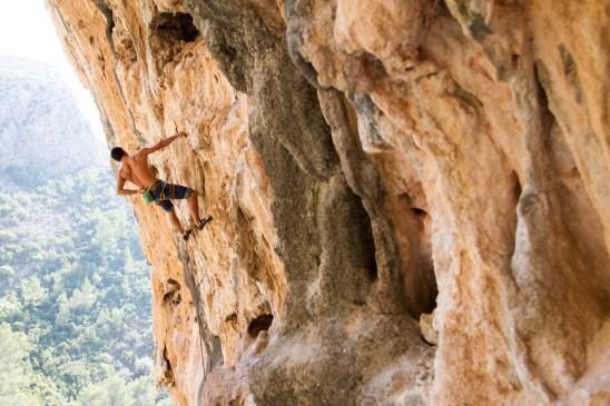 Eric escalando una vía desplomada en el Bovedos (Gandia).