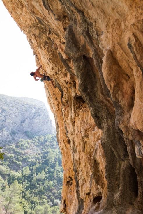 Eric climbing an overhang route in Bovedos (Gandia).