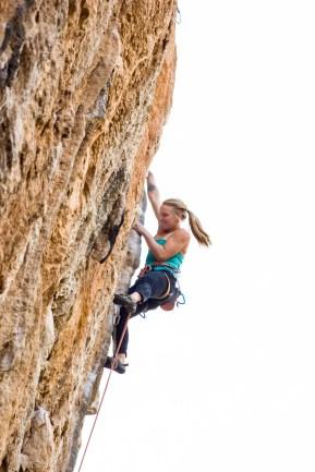 Emily Harrington escalando la vía Montaña Mágica (8a+) en el sector Balcón (Chulilla).
