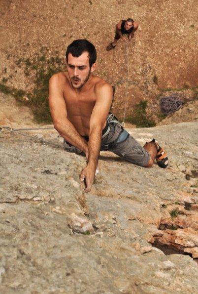 Pablo escalando la vía Puré de pascueros (7b) en Cova Petxina (Bellus).