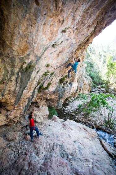 Kiko escalando en el sector Pilas Alcalinas (Montanejos).