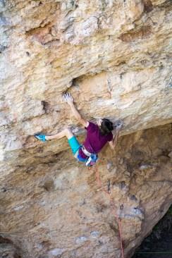 Iker Ortiz escalando El Gran Bellanco (9a) en Montanejos.