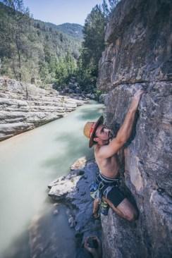 Arturo escalando en el sector Los Calpes (Montanejos).