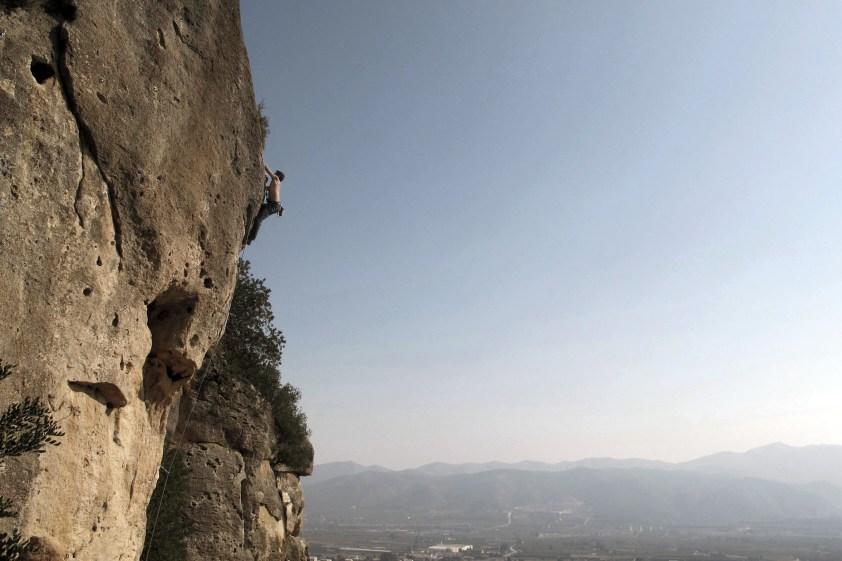 Nacho escalando en Montesa.