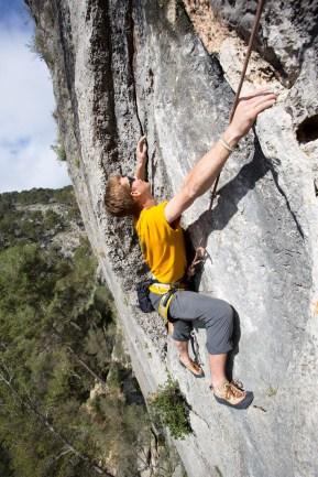 Daniel escalando en Mallorca, España.