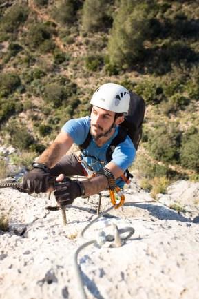 Pablo escalando de la vía ferrata del Aventador (90m, K3).
