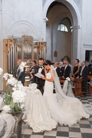 sposi all'altare che sghignazzano