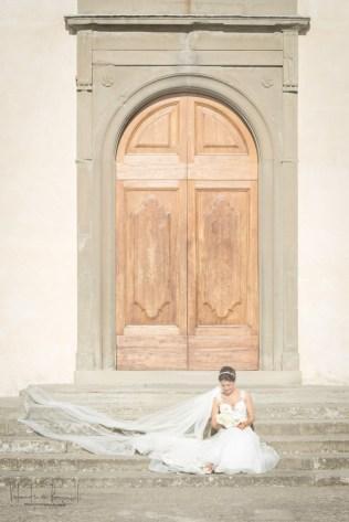 sposa seduta sugli scalini
