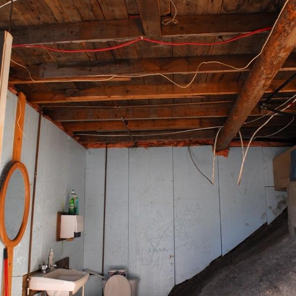 Salle de bain troglodyte du dépanneur, Quebec