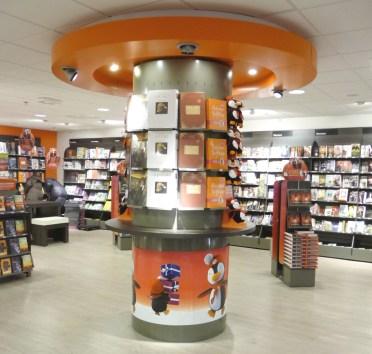 Amenagement d'une enseigne de librairie - Conception et fabrication VALIN - Totem livre