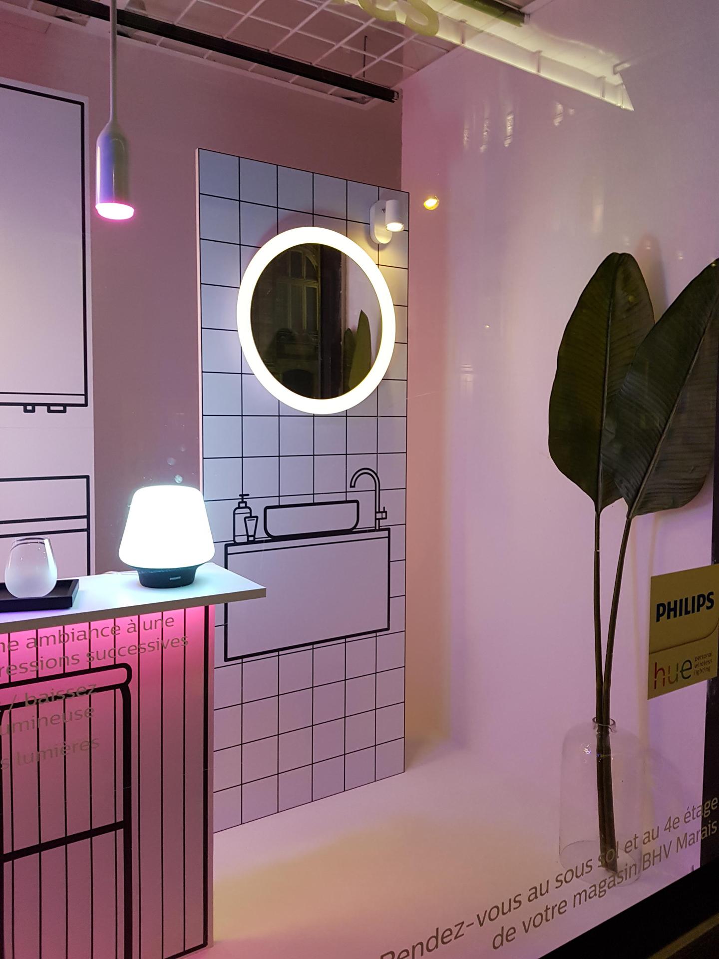 Aménagement d'une vitrine interactive et tactile pour la mise en avant de la gamme de produits d'éclairage connectées PHILIPS HUE.