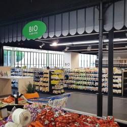 Aménagement d'un espace Bio et fruits et légumes pour un LECLERC, avec décoration de l'espace des produits traditionnel de style Halles industrielles – Un agencement GMS, une conception et un design VALIN.
