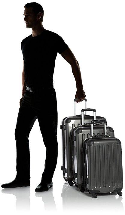Une comparaison entre un homme et un set de valises Hauptstadtkoffer Alex