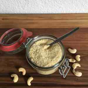This raw cashew parmesan is a delicious and b12-rich alternative to dairy! - Valises & Gourmandises