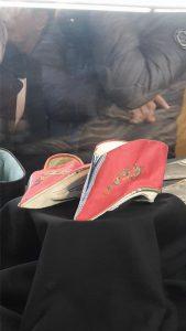 Le minuscole scarpe delle donne cinesi dai piedi fasciati