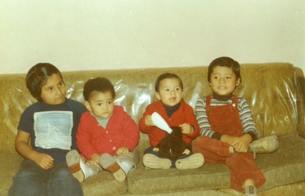 (el autor (tercero de izquierda a derecha) y parte de sus hermanos, en Lima)