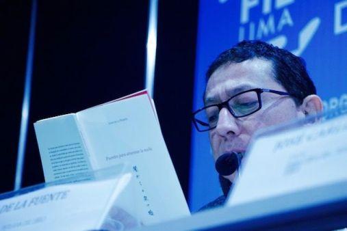 El poeta Juan de la Fuente leyendo sus poemas