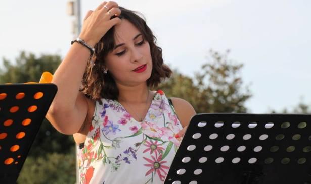La poeta Clery Celeste leyendo parte de su obra. Crédito Gabriella Gianfelici.