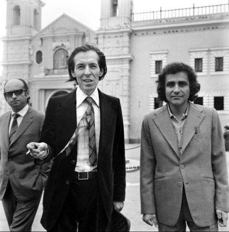 En primer plano el narrador Julio Ramón Ribeyro junto al poeta Arturo Corcuera. Atrás un despistado poeta, Carlos Germán Belli, mira la foto.