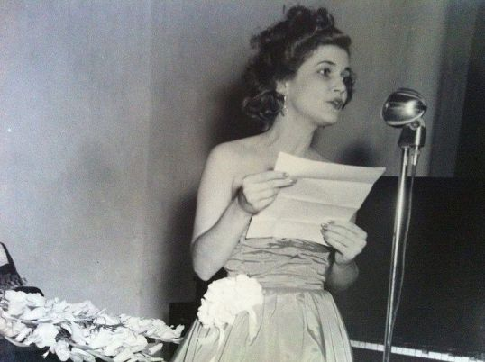 La poeta Carilda Oliver leyendo. C. 1945