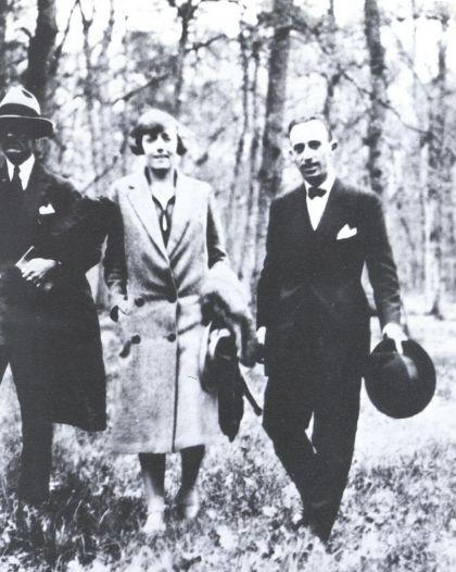 (Izq. a der.) César Vallejo, Georgette Vallejo y Juan Larrea en París.
