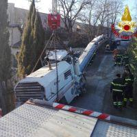 Macchina per asfalto in difficoltà, recuperata dai vigili del fuoco
