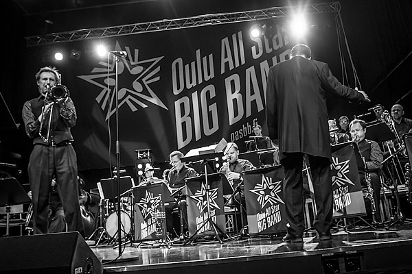 Oulu All Star Big Band, kapellimestarina Tapio Maunuvaara, ja pasuunasooloa soittaa Jukka Myllys