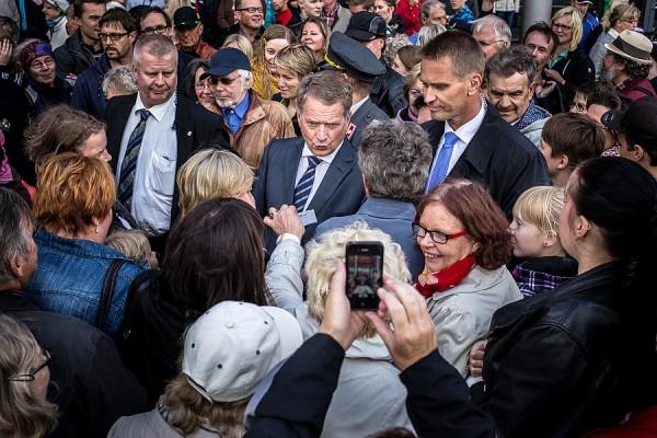 Sauli Niinistö Rajalla-kauppakeskuksen pihalla 6.9.2013