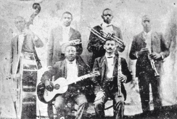 Buddy Bolden yhtyeineen vuonna 1905. Takarivissä seisovat Jimmy Johnson, Buddy Bolden, Willie Cornish ja William Warner. Edessä istuvat Jefferson Mumford ja Frank Lewis.